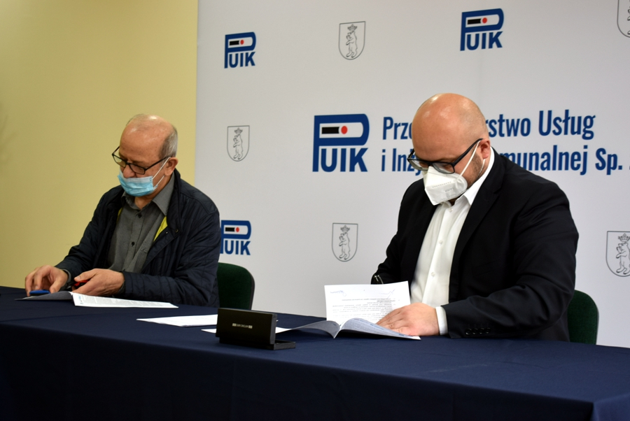 Podpisanie umowy - przedstawiciele firm Luxor i PUIK Sp. z o.o. prezes Paweł Krasuski